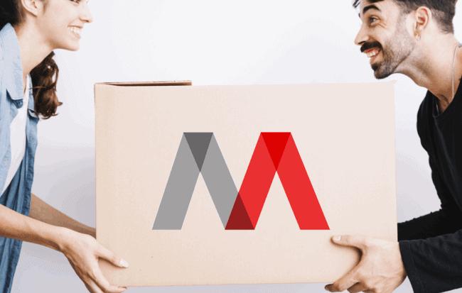 kit para mudanzas y caja sostenida por pareja